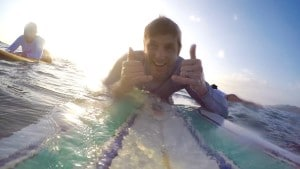 Surfer hanging loose on his board. Tuanis mae!